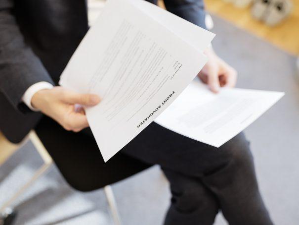 En advokat tittar igenom dokument på Front Advokater